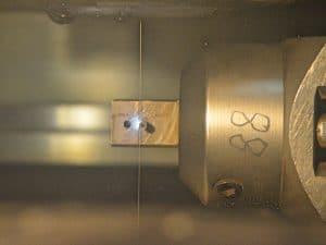 Fertigungsverfahren Drahtschneiden bei der Proton GmbH